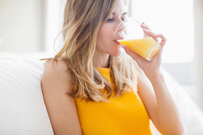 Apesar dos benefícios das frutas, os sucos naturais não são muito indicados para os diabéticos por conta do alto índice glicêmico, que aumenta ao usar apenas o sumo da fruta.—A dica é evitar sucos e preferir uma porção de fruta pois os sucos concentram maiores quantidades de açúcares e menos fibras