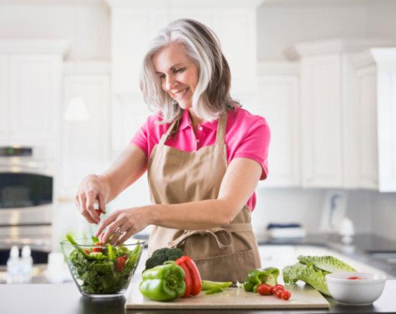 Para a nutricionista, uma alimentação balanceada e recheada de legumes é essencial para quem lida com a doença. Além disso, para o controle da glicemia, é importantíssimo lembrar-se de se manter alimentado durante o dia e não passar grandes períodos sem ingerir algum tipo de alimento.—No caso dos diabéticos eles devem fracionar a quantidade de alimentos ingeridos por dia em mais vezes, diminuindo assim o intervalo entre as refeições e reduzindo o risco de alterações na glicemia