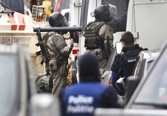 Blindados da polícia de Bruxelas cercam casas em busca por suspeitos de ataques em Paris