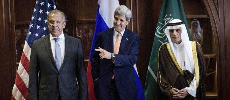 O ministro saudita Adel al Jubeir (à dir., ao lado do secretário de Estado dos EUA, John Kerry) criticou ataques russos a rebeldes sírios