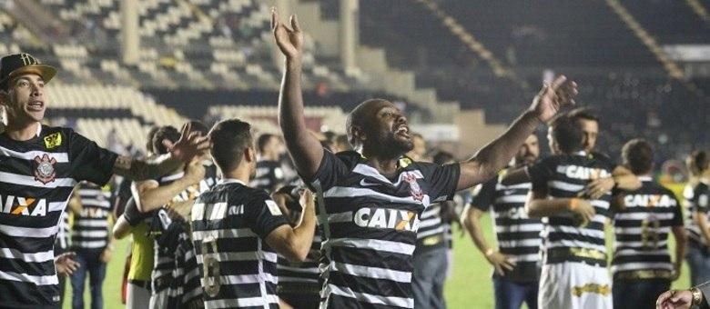 Camisa listrada em preto e branco deixou completa a festa do Corinthians na última quinta-feira (19), em São Januário
