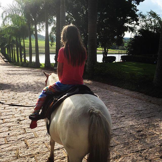 Roberto Justus leva Rafinha para passeio a cavalo