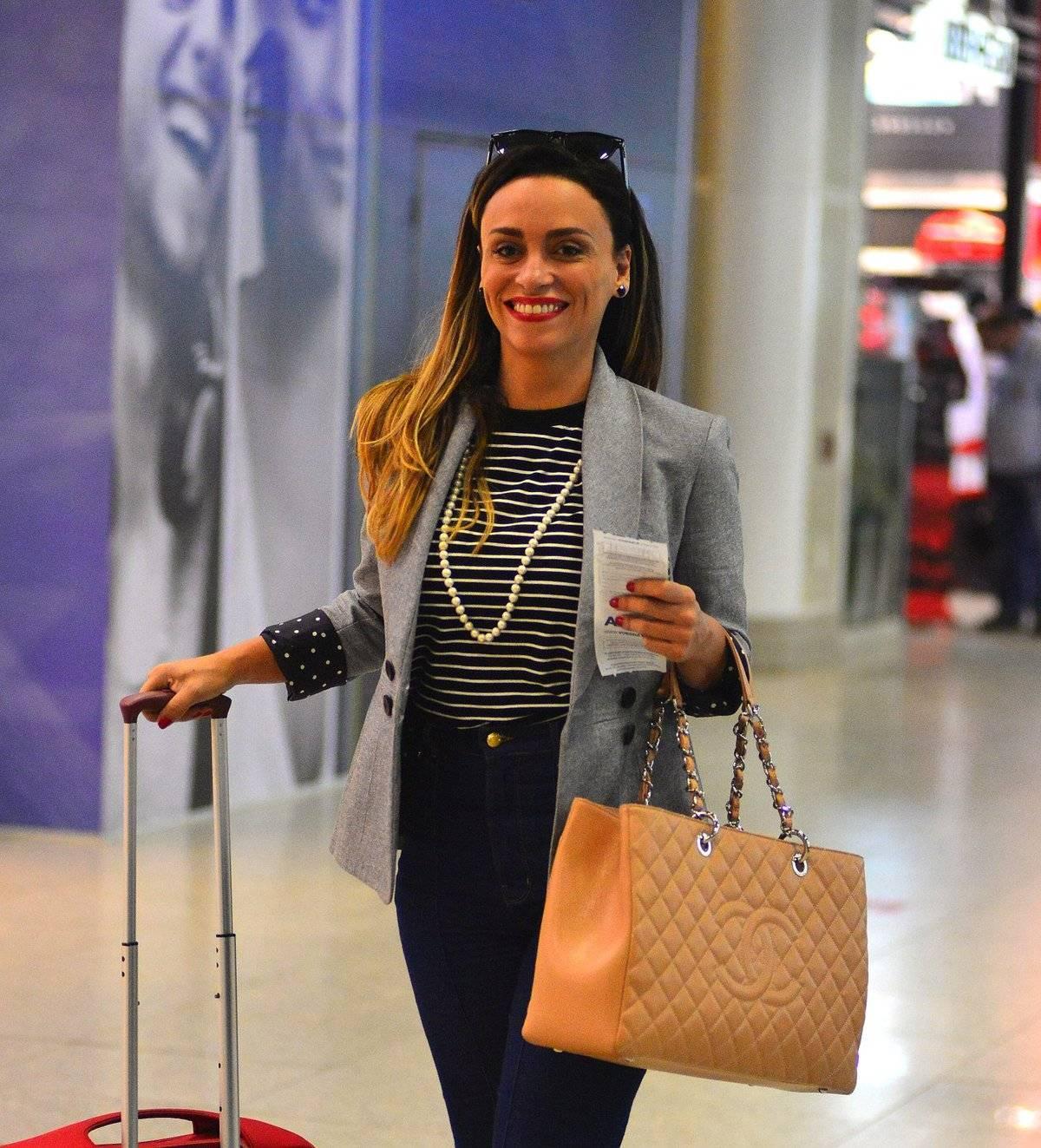 25668bcd29 ... Suzana Pires desfilou pelo aeroporto Santos Dummont