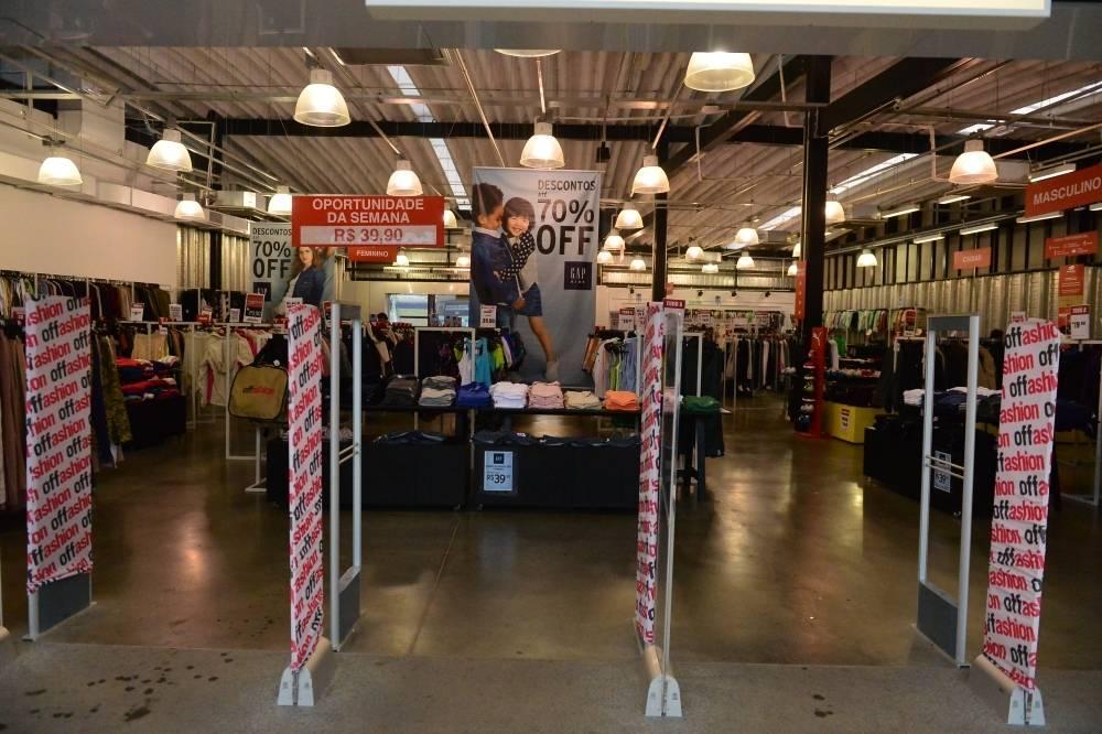 a708459f3 ... A multimarcas Offashion do Outlet Premium vende camisetas femininas da  GAP e blusinhas da Puma a ...