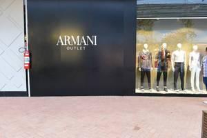 a7759c6affb ... O mesmo acontece com a Armani. Um vestido que é vendido no shopping  tradicional por ...