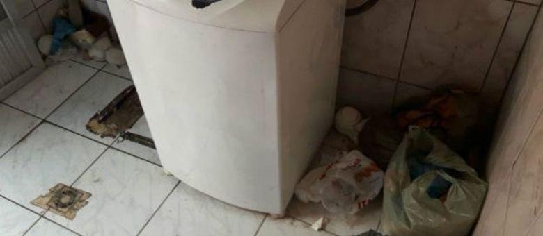 Lixo se acumulava pela casa onde operários viviam