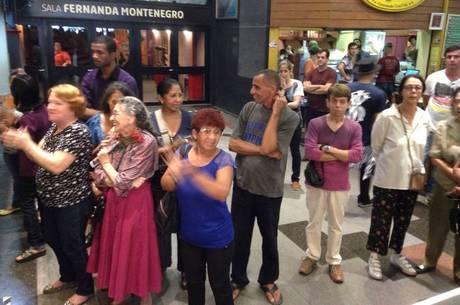 Fãs gritam para dar o último adeus a Marília Pêra neste sábado (5)