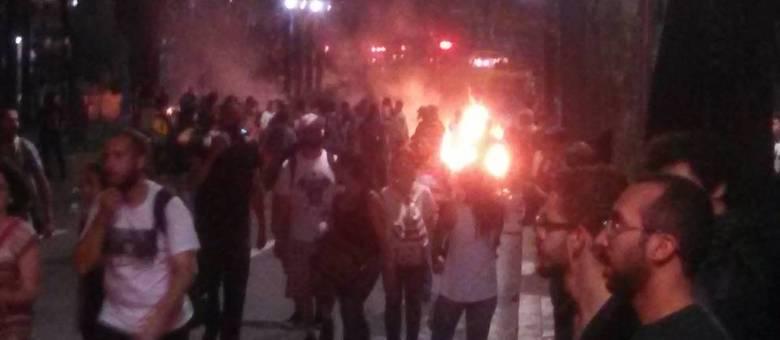Manifestantes fazem barricada de fogo na Avenida São Luís durante protesto contra reorganização escolar