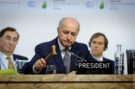 O presidente da COP 21, o chanceler francês, Laurent Fabius, bateu o martelo e recebeu aplausos entusiasmando a plateia