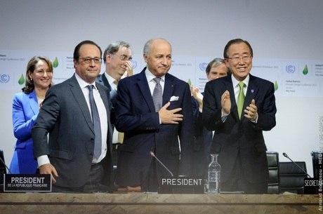 O presidente da França, François Hollande, o chanceller francês, Laurent Fabius, e o secretário-geral da ONU, Ban Ki-moon,  após proposta de acordo para a COP21