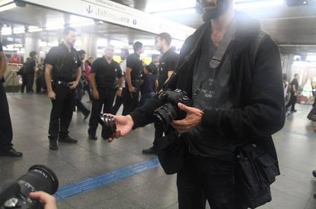 Lente de fotógrafo que cobria protesto no metrô foi quebrada