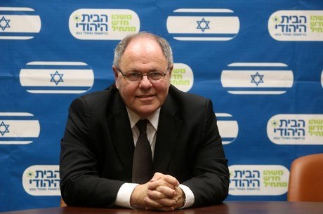 Acredita-se que a indicação de Dayan tenha causado polêmica por conta de ele ser morador da Cisjordânia