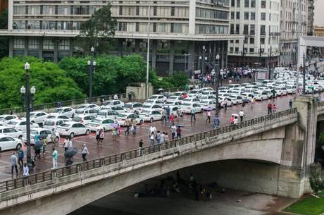Contra o decreto, taxistas fecharam o Viaduto do Chá nesta manhã