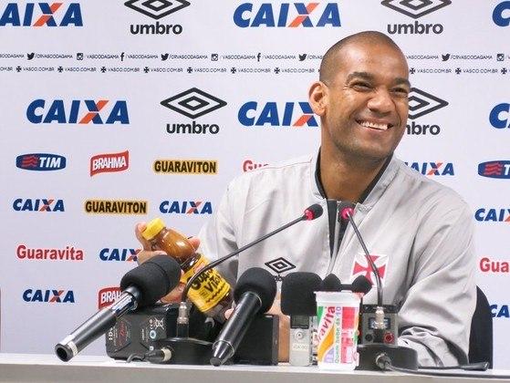 2016 - O Vasco acabou eliminando o Flamengo e Rodrigo ironizou o gesto de Wallace, usando a bandeira de escanteio