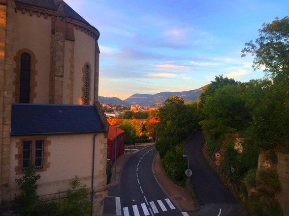 Construído no século 12, o Castelo de Creissels ainda conserva uma parte antiga medieval. O que mais impressiona no hotel é a vista panorâmica do Viaduto Millau e do Vale do rio Tarn. Descubra a seguir quanto custa dormir como rei