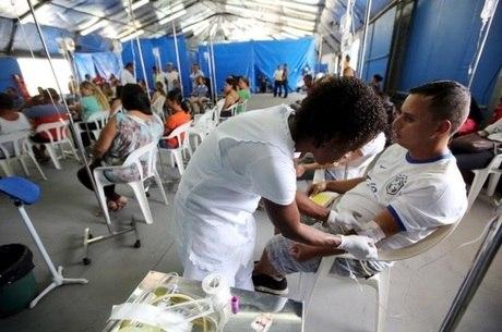 Enfermeira tira o sangue de paciente em Rio Claro