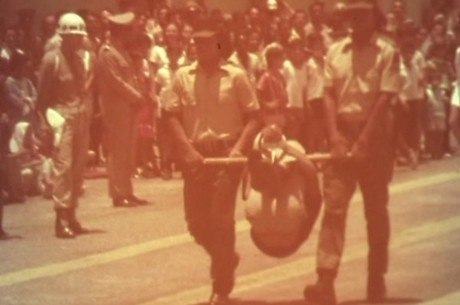 Jovem carregado em pau de arara durante formatura da Guarda Rural Indígena é a única filmagem conhecida de tortura em ato oficial durante a ditadura