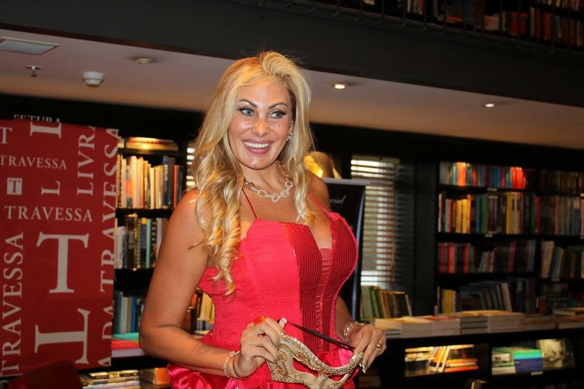 Angela Bismarchi angela bismarchi lança livro de contos eróticos no rio