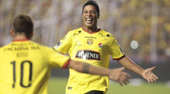 Velhos tempos? Ronaldinho dá assistência e é ovacionado no Equador