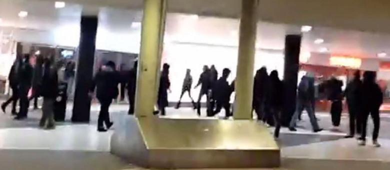 Tumulto ocorre dias depois de uma mulher ser esfaqueada até a morte em um centro de menores refugiados
