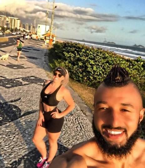 Mulher de goleiro do fla exibe corp o pelas redes sociais for Muralha e sua esposa