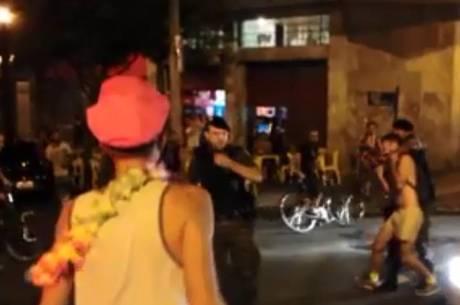 Militares agridem folião que teve a bicicleta atropelada por viatura