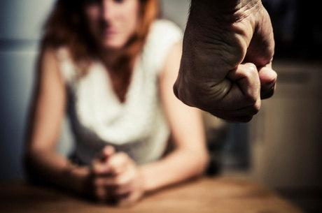 A violência doméstica pode acontecer de diversas formas
