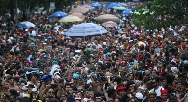 Bloco de carnaval em São Paulo; festa será primeira folga esticada do ano