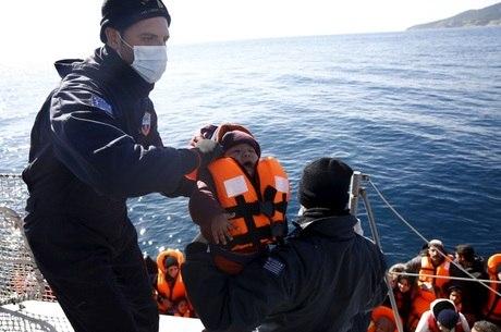 Bebê é resgatado de bote que tentava cruzar o Mar Mediterrâneo