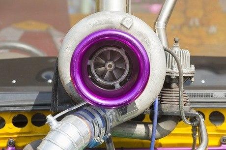 Turbo não só aumenta o desempenho, como reduz o consumo