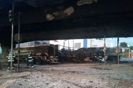 Veículos pegaram fogo após batida na madrugada deste sábado