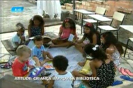 No local, as crianças leem e também ouvem algumas histórias