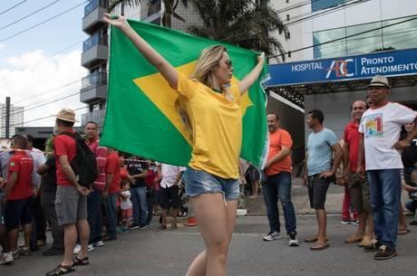 Ju Isen em frente ao prédio de Lula
