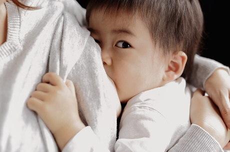 A amamentação de bebês maiores de um ano ainda causa espanto