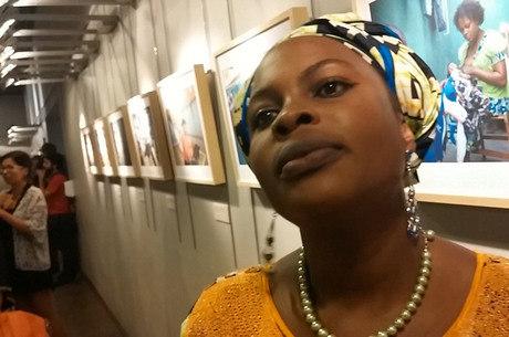 A advogada Silvye, da República Democrática do Congo, reclama das dificuldades de encontrar trabalho no Brasil; apesar de sua capacitação, o trabalho que conseguiu foi de auxiliar de limpeza na escola dos filhos