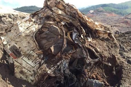 Corpo foi achado a 800 m da área do rompimento da barragem; caminhão ficou totalmente destruído