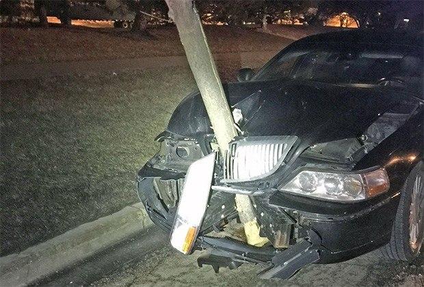 Motorista embriagada bate em árvore e dirige com tronco de 4,5 metros preso no capô do carro