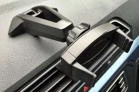 Suporte do painel tem tomada USB para carregar smartphone