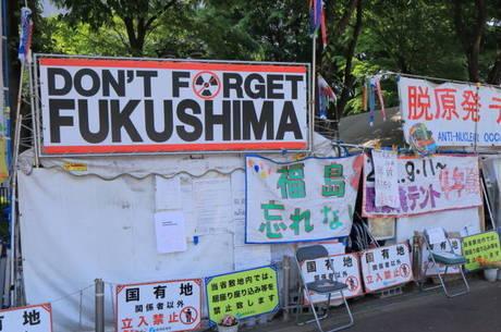 """Cartaz com a frase """"Não esqueçam Fukushima"""" remete ao desastre nuclear de 2011"""