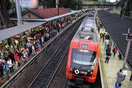 Passageiros que tentaram embarcar em trens da Linha 7-Rubi, da CPTM, em Jundiaí, amargaram horas de espera