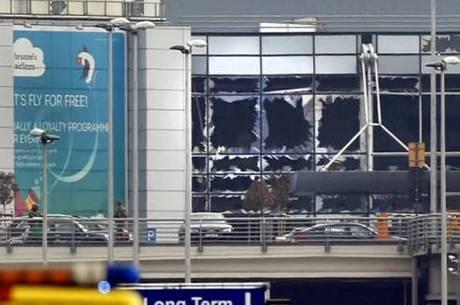 Imagem mostra janelas do aeroporto de Bruxelas destruídas