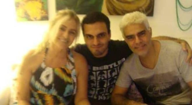 Rian ao centro da foto com os pais: BRita e Nizo Neto