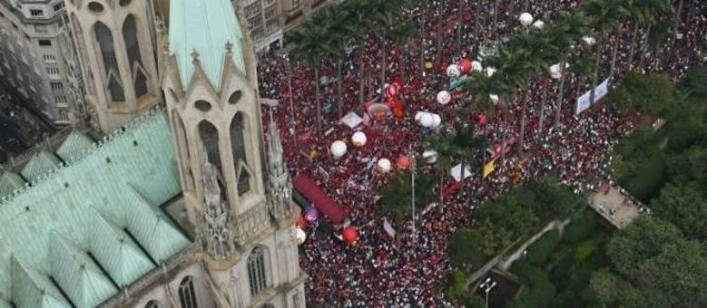 Manifestantes fazem ato a favor do governo Dilma Rousseff na Praça da Sé, região central de São Paulo