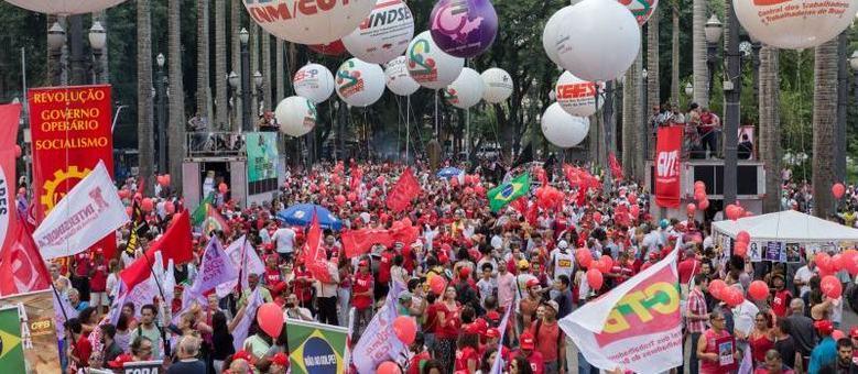 Em São Paulo, os manifestantes ocupam a Praça da Sé e as ruas laterais da catedral