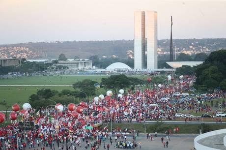 No DF, passeata que partiu do Mané Garrincha chega ao Congresso