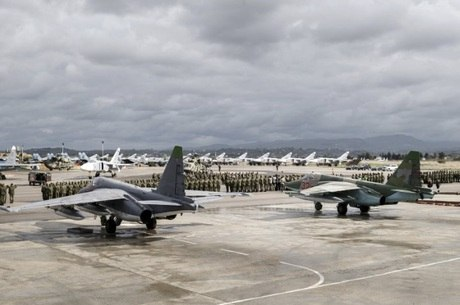 Aviões de guerra russos vistos na base aérea Hmeymim, na Síria
