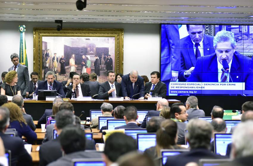 Dos 65 deputados da comissão, 32 são a favor do impeachment, aponta levantamento
