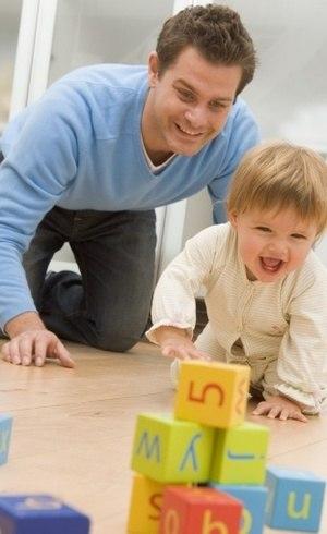 Crianças que têm pais que brincam tiram melhores notas na escola, diz especialista