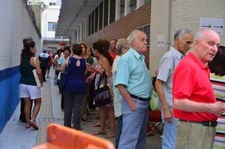 População faz fila para ser vacinada contra gripe H1N1