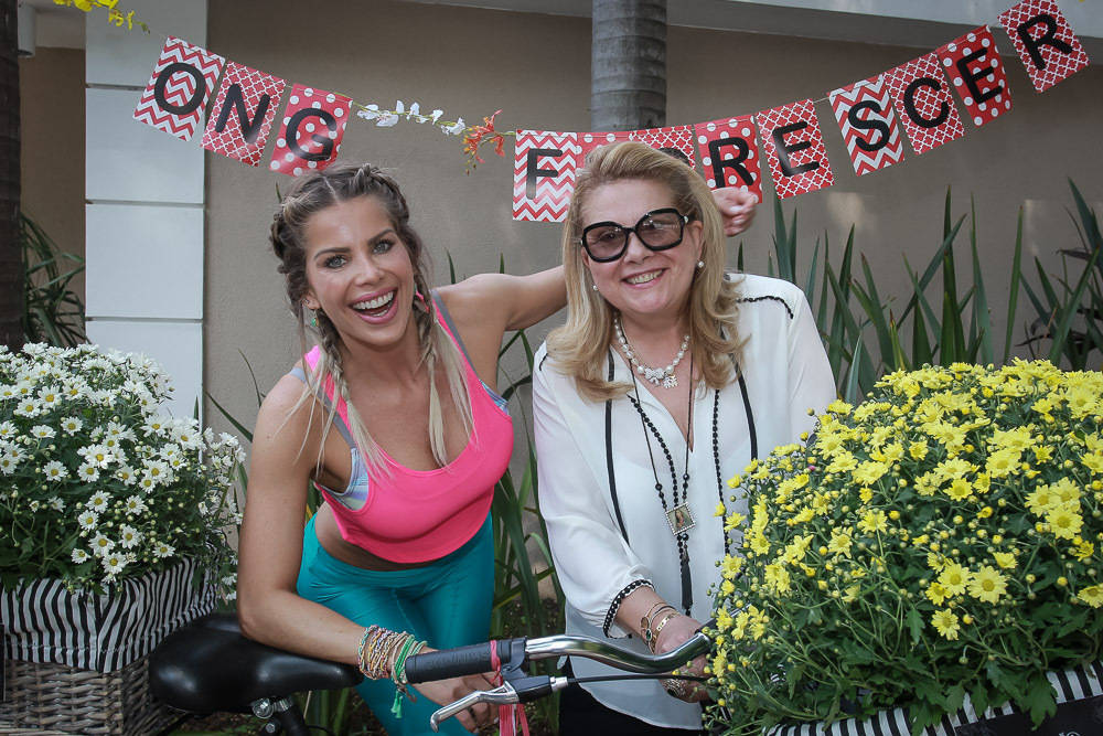 Karina Bacchi exibe barriga sarada em bazar de moda fitness - Fotos - R7 TV  e Entretenimento